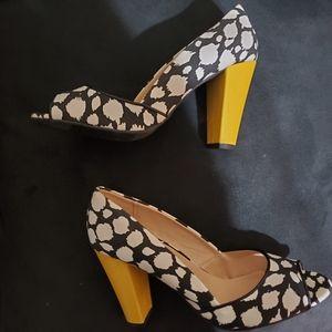 Mod black and white blurry dots w/ yellow heel